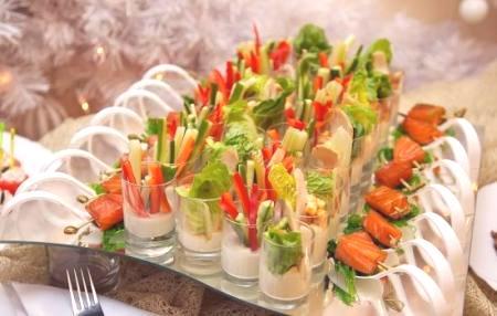 Izvirni recepti za poročne prigrizke: kanapeji, zvitki in